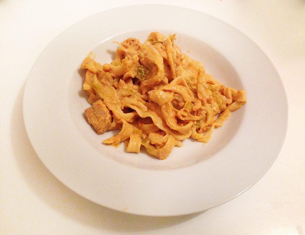 Glutenfri pasta med laks i flødesovs