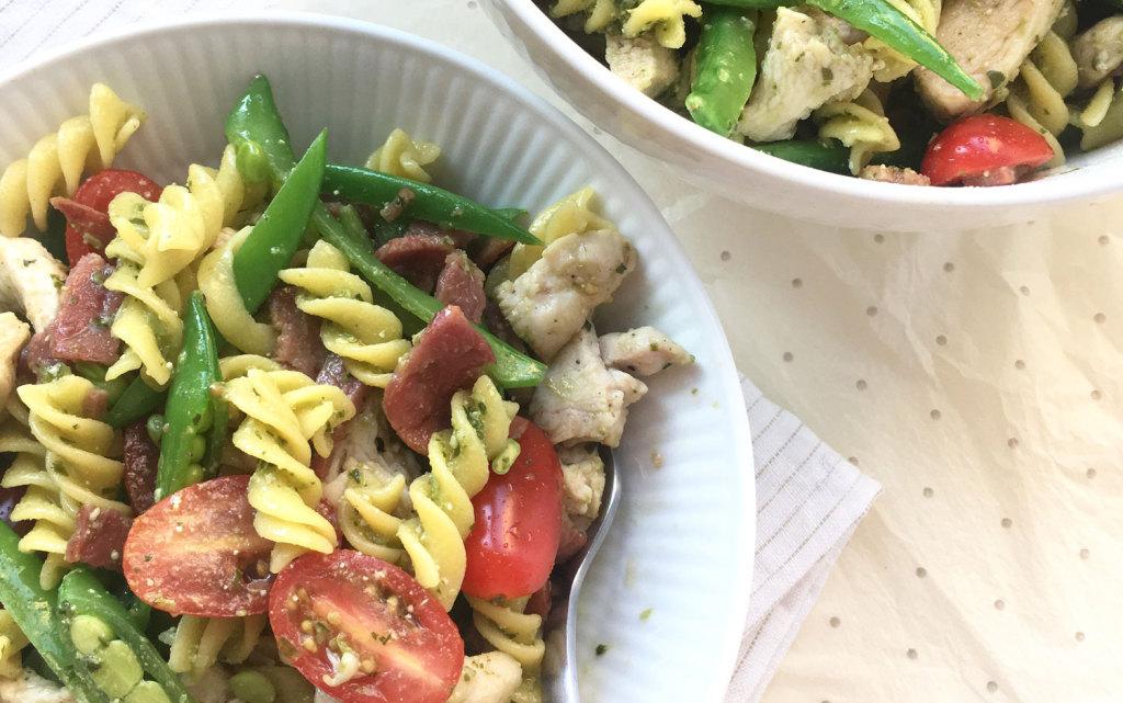 Glutenfri pastasalat med kylling og pesto